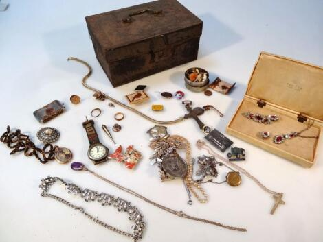 Various jewellery and effects