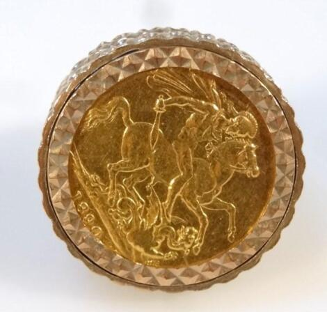 A Victorian 1890 gold sovereign ring