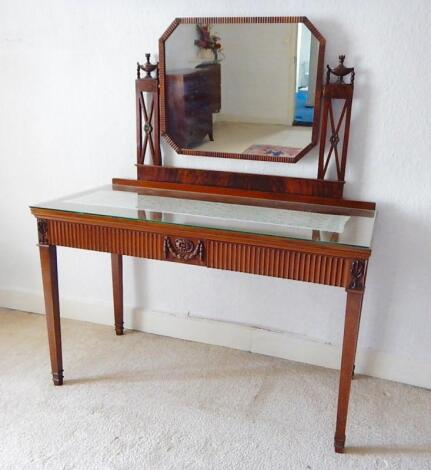 A pair of early 20thC mahogany Adams style dressing tables