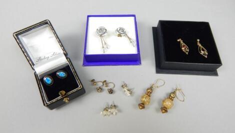 A quantity of earrings