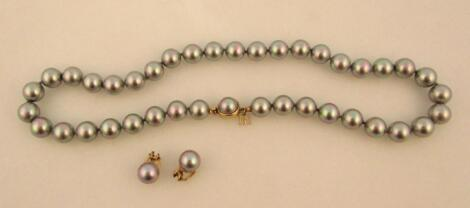 A cultured pearl necklace and earring set