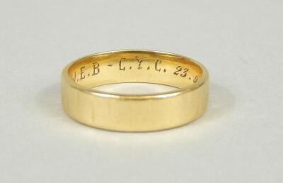 An 18ct gold wedding band