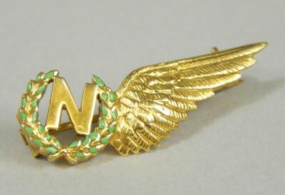 A 9ct gold wings bar brooch