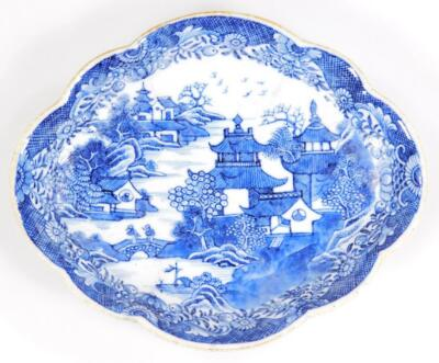 An 18thC Chinese export scalloped side dish - 2