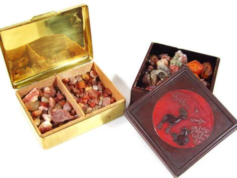 Various loose stones to include three amber style beads