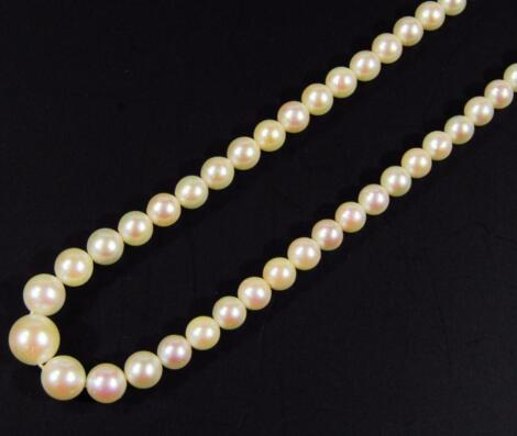 A ladies graduated pearl necklace