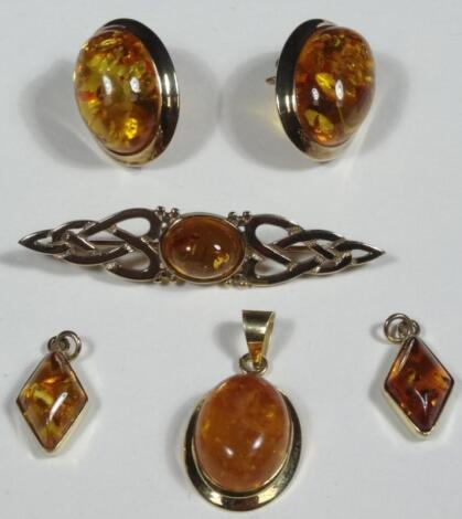 A 9ct gold amber brooch