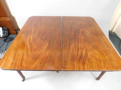 A George III mahogany extending dining table - 3
