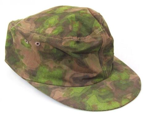 A Third Reich/mid 20thC M43 style camouflage cap