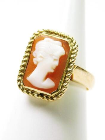 A 9ct gold cameo dress ring