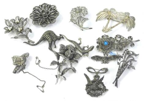 A quantity of costume jewellery brooches