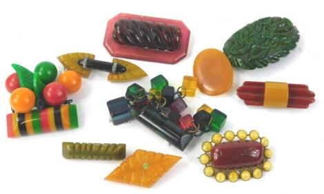 Various Bakelite and other brooches