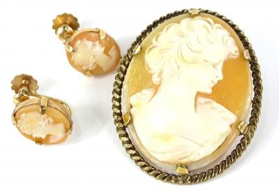 Various modern cameo jewellery, to include a cameo brooch with rolled gold border and an associated pair of earrings with rolled gold frames. (3)