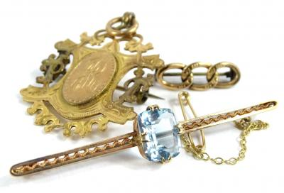 Three items of jewellery and trinkets, to include a chain bar brooch, with three links, yellow metal, unmarked, 1.1g, a 9ct gold fob or brooch, 6.4g all in, and an aquamarine set bar brooch, with pierced and scroll design bar and safety chain, 6cm long, 3.4g all in.
