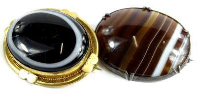 Two agate brooches, to include a Victorian bulls eye agate brooch, with bloom gold border, 4.5cm wide, and a silver plated agate brooch, 4.5cm wide.