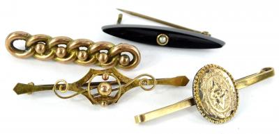 Four bar brooches, to include a chain effect brooch, lacking back, yellow metal, unmarked, a jet and seed pearl bar brooch with gilt metal back, a 9ct gold scroll brooch, and a bar brooch with oval gold plated motif.