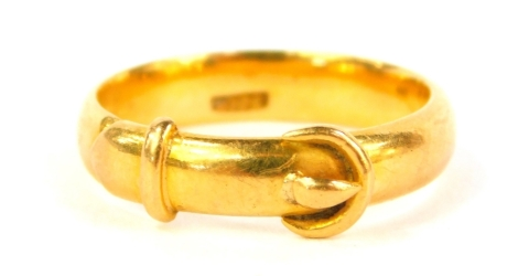 A yellow metal buckle ring, marked 18ct, 4.8g.