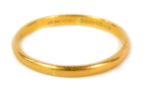 A 22ct gold wedding band, Birmingham assay, 3.2g.