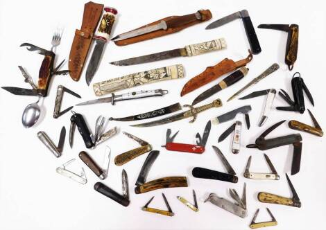 A collection of various penknives, folding horn handle knife with fork, spoon, corkscrew, etc., when closed 12cm wide, other horn handled penknives, etc. (a quantity)