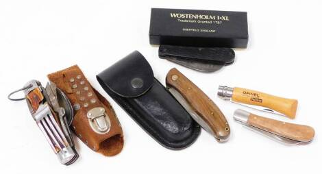 A folding pen knife, an opinel carbone knife with 10cm handle, survival knife with horn handle and spoon and scissor feature, further folding knife, etc. (a quantity)