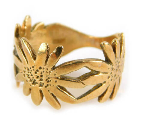 A 9ct gold dress ring, with three daisy shaped design, ring size O, 5g.