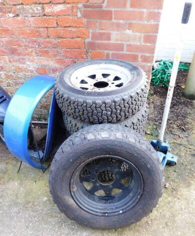 Trolley jack (AF),four alloy wheels with Dunlop SP Sport 61-R tyres, for mud and snow, together with a further wheel with a Dunlop Radial SP 44J tyre, and a blue tyre casing with lid. (6)
