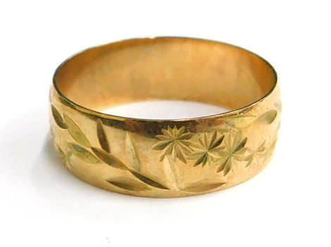 A 9ct gold wedding band, of etched design with flowers and leaves, London 1935, ring size N, 2.2g.