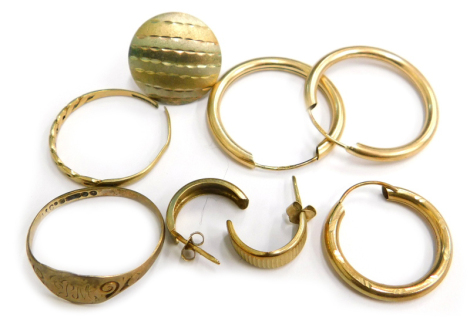 Various 9ct gold and other loose earrings and rings, to include a 9ct gold signet ring, a 9ct gold dress ring cut, 1.6g, and various yellow metal unmarked earrings, 1.8g (a quantity).