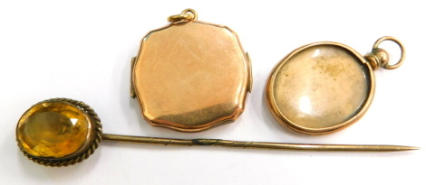 Various jewellery trinkets, to include a citrine set stick pin, a 9ct gold back and front portrait locket, and a 9ct back and front rectangular locket. (3)