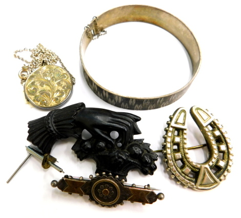 Various silver and other jewellery, to include a Victorian silver bar brooch, with applied silver decoration, a silver locket on silver plated chain, a horseshoe brooch, a modern silver bangle, with maker's stamp M P, and a Bakelite brooch (a quantity).