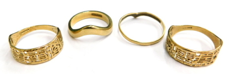 Four 9ct gold dress rings, to include a thick wishbone ring, ring size J½, a thin wishbone ring, ring size N, a Chinese type design pierced decoration dress ring, ring size O and another similar ring size L½, 6.8g. (4)