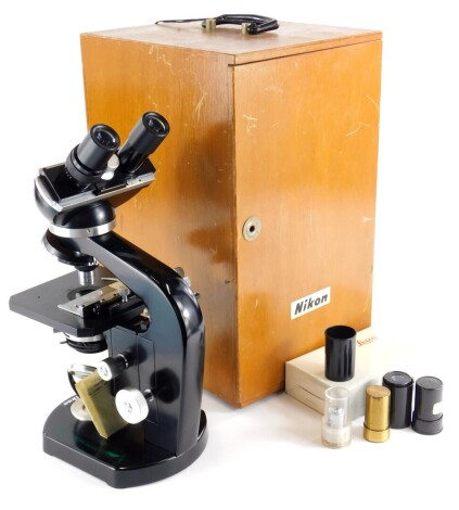 A Nikon Stereo microscope, with various extra lenses, etc., numbered 92642, in a fitted case.