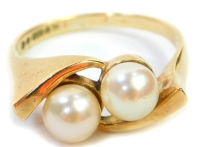 A 9ct gold cultured pearl set dress ring, with two cultured pearls in twist design raised shoulders, ring size M, 3.7g all in.