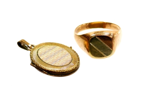 Two items of jewellery, to include a gentleman's signet ring, with tri-colour etched design ring head, yellow metal stamped 14k, ring size S, 4,1g, together with a rolled gold locket. (2)