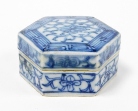 A treasure of Tek Sing Chinese porcelain hexagonal lidded box, with label and certificate of authenticity numbered 5008, early 19thC 6.5cm wide.