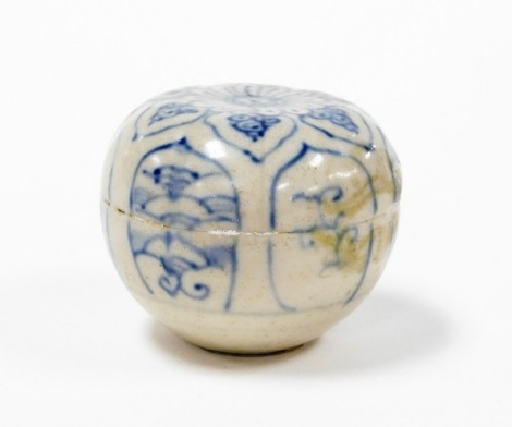 A Hoi An Hoard Vietnamese porcelain floral design lidded box, with certificate of authenticity, and label numbered 84763, 4cm high.