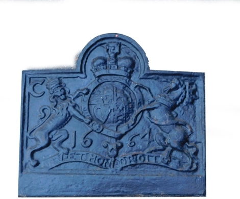 A cast iron fire back, decorated with a crest, 65cm high, 73cm wide.