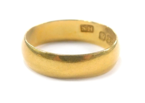 A small 22ct gold wedding band, 2.2g.