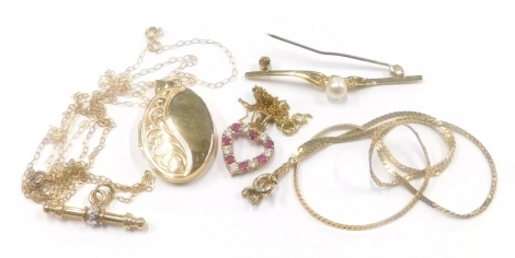 A group of 9ct gold and other jewellery, to include a bar brooch with central cultured pearl, marked 9ct, a 9ct gold garnet and cz set heart pendant on fine link chain, a 9ct gold locket on fine link chain, a thin 9ct gold chain and T-bar, etc., 12.8g all