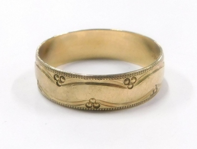 A 9ct gold wedding band, of etched outer floral design, ring size V½, 3.2g.