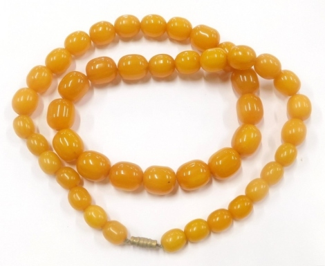 An imitation amber graduated beaded necklace, 60cm long overall, with brass clasp.