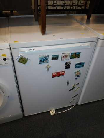 A Siemens under counter fridge, model KT16R424GB101.