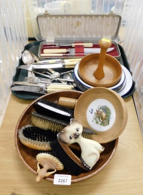 Various treen and silver plated wares, to include wooden handled brushes, EPNS cutlery, enamelled bowls, etc. (1 tray and a quantity)