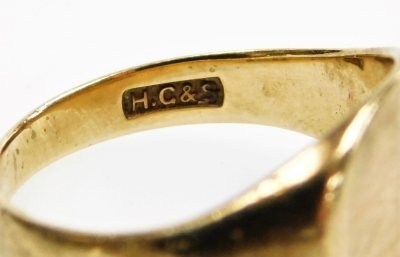 A 9ct gold gents signet ring, with half patterned oval ring head, hallmarks rubbed, 5.2g. - 3