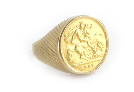A gentlemans 9ct gold ring, mounted with a 1907 half gold sovereign, 12.6g all in.
