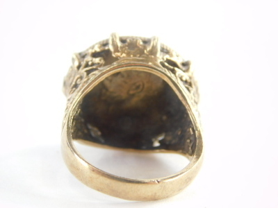 A gentlemans yellow metal ring, mounted with a 1915 half gold sovereign, unmarked, 12.7g all in. - 2