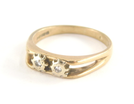 A Romette 9ct gold dress ring, set with two illusion set tiny diamonds, with V splayed shoulders, ring size R, 3.1g all in.