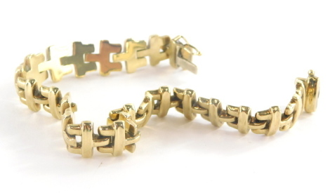 A 9ct gold bracelet, with table links and slide in clip clasp, 22cm long, 20.2g.