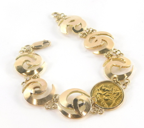 A George V half gold sovereign bracelet, dated 1914, with single half sovereign central design with six swirl bracelet links held by chain, stamped 375, 31cm long overall, 29.1g all in.