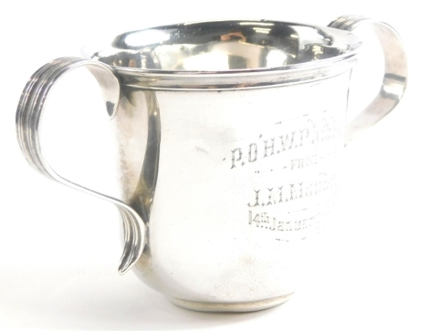 An early 20thC Irish silver loving cup, of plain form with engraved inscription P.O.H.W. Phibbs from J.M. Maude 14th January 1902, Dublin 1901, 3½oz.